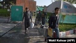 Паноҳҷӯёни депортшудаи афғон ба ватанашон баргаштанд
