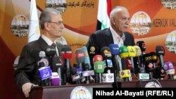 المنسق العام لحركة كوران الكردية نوشيروان مصطفى (يمين) يتحدث في مؤتمر صحفي مع محافظ كركوك نجم الدين كريم.