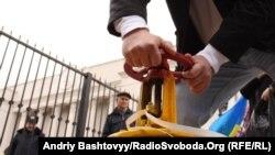 Украинадағы газ мәселесіне қатысты өткен қарсылық шарасында белсенді газ құбыры тетігін бұрап жатыр. Киев, 22 наурыз 2012 жыл. (Көрнекі сурет)