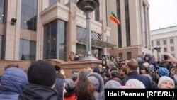 4 марта рассерженные клиенты татарстанских банков отправились вручать ультиматум Рустаму Минниханову.
