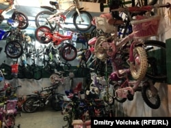 Лавка с велосипедами могла бы стать инсталляцией на выставке современного искусства