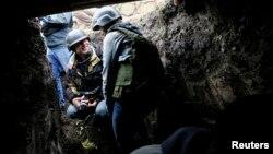 Журналісти ховаються від обстрілу на блокпосту українських військовослужбовців біля Дебальцевого, 25 вересня 2014 року
