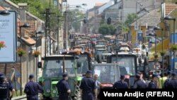 Serbia - Pancevo, several hundred farmers dissatisfied with agricultural policy protests, 31May2011.