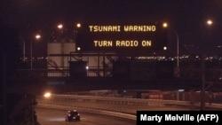 Предупреждение новозеландских властей об опасности цунами на шоссе под Веллингтоном