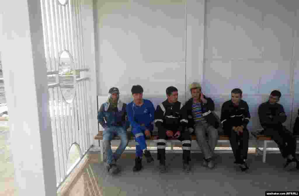 Строители в ожидании автобуса, Ашхабад