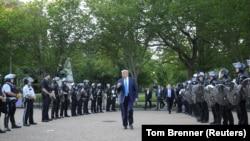 Дональд Трамп ідзе да царквы паўз паліцэйскі кардон