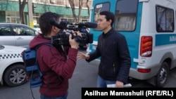 Неизвестный с газетой перед камерой Азаттыка. 22 марта 2019 года.