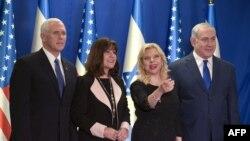 Вице-президент США Майк Пенс (cлева), его жена Карен Пенс, премьер-министр Израиля Биньямин Нетаньяху и его жена Сара Нетаньяху.