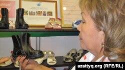 Аяқ киім көріп тұрған адам. Астана, 21 қараша 2012 жыл.