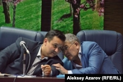 Модератор «слушаний по Бегалинке» Бекнур Кисиков (слева) и председатель комиссии по культуре Кусман Шалабаев. Алматы, 13 июня 2016 года.