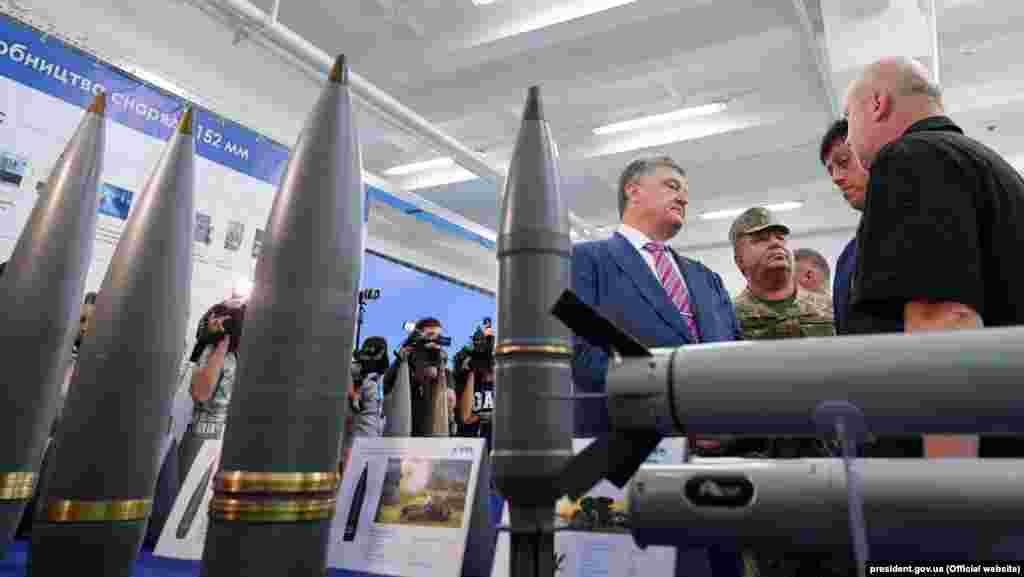 Президент України Петро Порошенко під час відкриття виробничої лінії з виготовлення артилерійських снарядів великих калібрів на ДАХК «Артем» Державного концерну «Укроборонпром», 9 серпня 2018 року