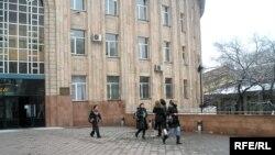Абай атындағы ұлттық университет алдында жүрген студенттер. Алматы, 5 ақпан 2009 жыл. (Көрнекі сурет).