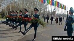 Торжественное возложение цветов к монументу героев апрельской революции, 7 апреля 2013