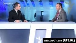 И. о. министра экономики Ваан Керобян (справа) в студии Азатутюн ТВ, Ереван, 2 июля 2021 г.