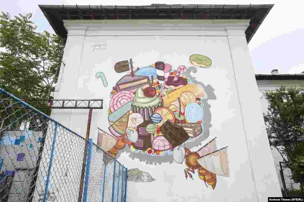 Стена комплекса Бухарестского национального университета искусств. Автор Надин Ксейби