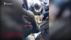 Ивана Афанасьева тащат в автозак