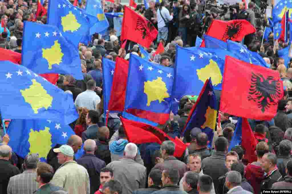 КОСОВО - Косовската Влада соопшти дека не ја поддржува иницијативата за Отворен Балкан, иницирана од премиерите на Македонија и Албанија, Зоран Заев и Еди Рама и претседателот на Србија, Александар Вучиќ, на денешниот Регионален економски форум во Скопје. Во писмена изјава до медиумите на групацијата Коха се наведува дека иницијативата е без визија за регионот.