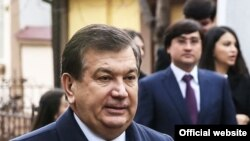 Президент Узбекистана Шавкат Мирзияев и его младший зять Ойбек Турсунов (на втором плане).