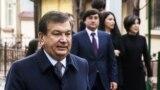 Өзбекстан президенті Шавкат Мирзияев отбасымен бірге. арғы жақта ортада тұрған - президенттің үлкен күйеу баласы Ойбек Тұрсынов.