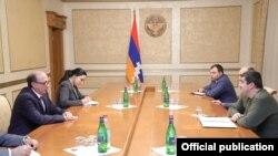 Nagorno-Karabakh -- Armenian Foreign Minister Ara Ayvazian (L) meets with Karabakh President Ara Harutiunian, Stepanakert, January 5, 2021.