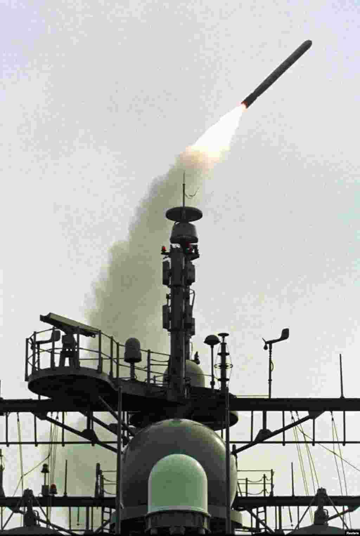 Një raketë Tomahawke lëshuar nga një aeroplanmbajtëse e ushtrisë amerikane në Detin Mesdhe, gjatë sulmeve të NATO-s mbi caqet e ushtrisë dhe policisë serbe, 26 mars 1999. Paul Hanna/Reuters