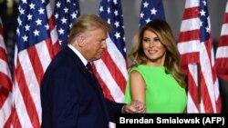 Donald Tramp (solda) həyat yoldaşı Melania Tramp ilə