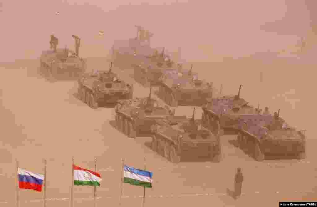 Танки и войска на полигоне Гарб-Майдон. Слева направо: русский, таджикский и узбекский флаги