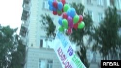 Azerbaijan - Balloon protest of youth re arrest of Emin Milli and Adnan Hajizade, Baku, 20Aug2009