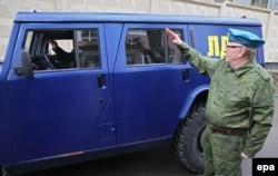 Володимир Жириновський в однострої російського десантника салютує, відправляючи бойовикам до Луганська свій власний броньований джип із символікою ЛДПР, Москва, 6 травня 2014 року. 7 травня це авто з боєм прорвалося до України
