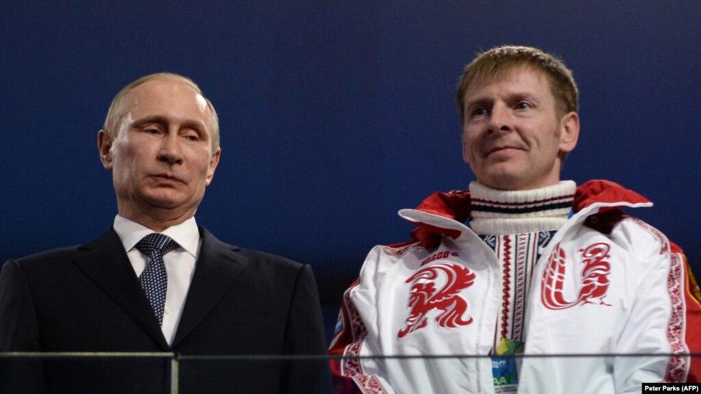 Президент России Владимир Путин и бобслеист Александр Зубков на Олимпийский играх в Сочи, 23 февраля 2014 года