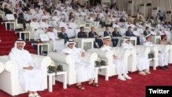ناصر بن خلیفه آل ثانی، نخست وزیر قطر (نفر دوم از چپ) در کنار دریادار جیم مالوی، فرمانده ناوگان پنجم نیروی دریایی آمریکا در بحرین