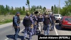 Сотрудники правоохранительных органов в селе Кок-Таш. 29 апреля 2021 года.