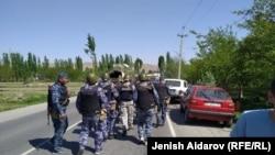 Полицейские и военные в селе Кок-Таш, 29 апреля 2021 года.