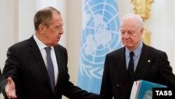 Міністр закордонних справ Росії Сергій Лавров (л) та посланець ООН у Сирії Стаффан де Містура