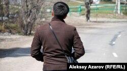 Владелец одного из сносимых кафе с журналистами общаться не захотел. Алматы. 5 апреля 2013 года.