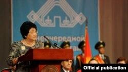 Президент Роза Отунбаева Кыргызстан калк ассамблеясынын курултайында сөз сүйлөөдө, 18-июнь.