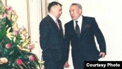 Рахат Алиев и Нурсултан Назарбаев беседуют в резиденции президента в 2001 году. Фото из книги Рахата Алиева «Крестный тесть».