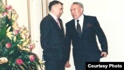 Рахат Әлиев (сол жақта) пен Нұрсұлтан Назарбаев. 2001 жыл.