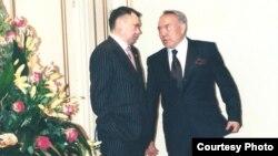 Рахат Әлиев пен Нұрсұлтан Назарбаев әңгімелесіп тұр. 2001 жыл.