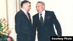 Рахат Алиев и Нурсултан Назарбаев беседуют в тихом уголке резиденции президента в 2001 году. Фото из книги Рахата Алиева «Крестный тесть».