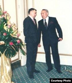 Рахат Әлиев (сол жақта) пен президент Нұрсұлтан Назарбаев. Астана, 2001 жыл.