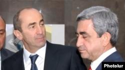 Prezidentliyi başa çatan Robert Kocharian (solda) və sonrakı prezident Serzh Sarkisian 2008-ci ildə