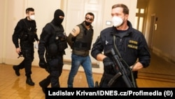 Aleksandr Franchetti (in handcuffs) appears for his hearing at the Prague Municipal Court on September 14.