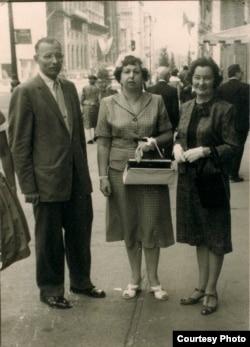 Антон Шукелойц, Натальля Арсеньнева і Яніна Каханоўская. Нью-Ёрк, Пятая Авэню, 1963 г. БДАМЛМ