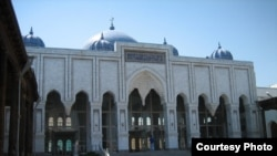 У мечети города Худжанд в Таджикистане.