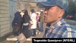 Қамаудан босап шыққан белсенді Сүйіндік Алдабергенов. Алматы, 2 қараша 2016 жыл.