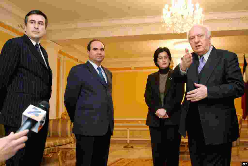 Georgian President Eduard Shevarnadze (right) welcomes for talks opposition leaders (left to right) Mikheil Saakashvili, Zurab Zhvania, and Nino Burjanadze in Tbilisi on November 9.