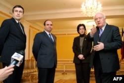 "В разгар ""революции роз"": тогдашние лидеры оппозиции (слева направо) Михаил Саакашвили, Зураб Жвания, Нино Бурджанадзе и президент Грузии Эдуард Шеварднадзе. Тбилиси, 9 ноября 2003 года"