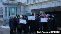 "Протестующие вкладчики жилищного кооператива ""Триумф-НК"" рядом с офисом организации"