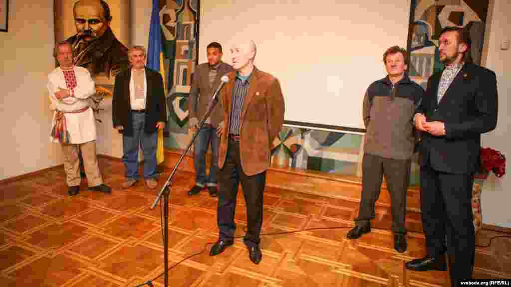 Шість художників, картини яких представлені на виставці. Генадій Дроздов, Олесь Циркунов, Тарас Носар, Олесь Суша, Олесь Пушкін, Андрій Такінданг